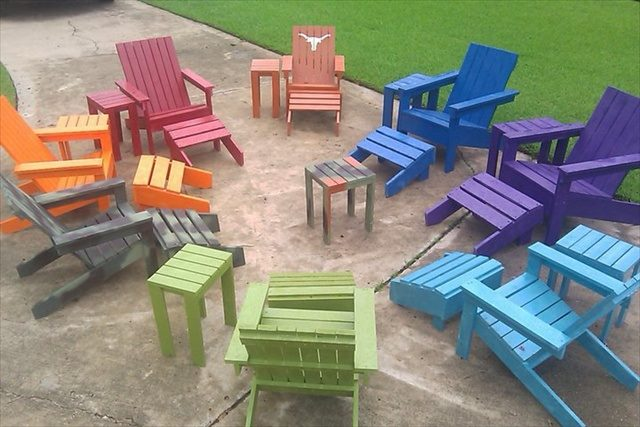 Upcycled garden furniture with cheap and reusable paint.